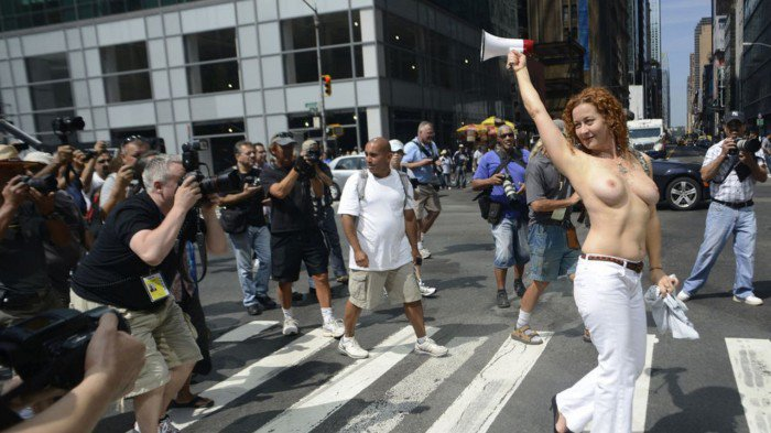 new-york-seins-nus-activist-karen-heaven-is-followed-by-photographers-as-she-marches-in-a-rally-to-protest-for-the-right-of-women-to-go-topless-anywhere-a-man-is-able-to-in-new